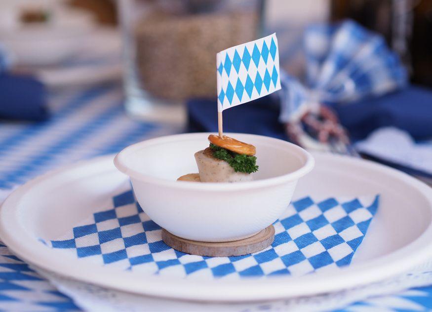 Papstar Wiesn Look Deko nachhaltig Geschirr Pappe Teller Schalen blau weiß nachhaltig