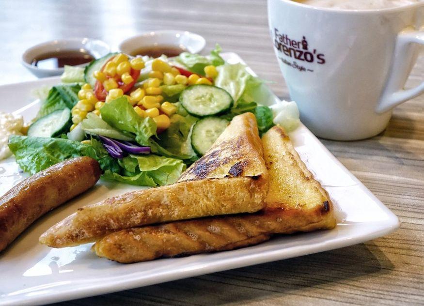 Sandwich Salat auf Teller Tasse