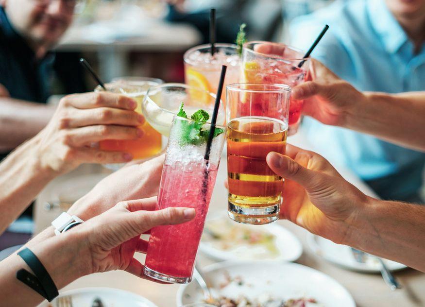 Lange konnte man in Restaurants und Bars nicht anstoßen, das machte sich im Getränkeumsatz bemerkbar, anhand dessen analysierte orderbird wie sich die Pandemie auf die Gastronomie auswirkte