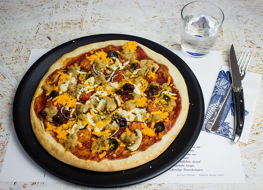Die veganen Thunfisch-Flakes von Transgourmet Seafood eignen sich ideal für die Zubereitung von Pizza Tonno