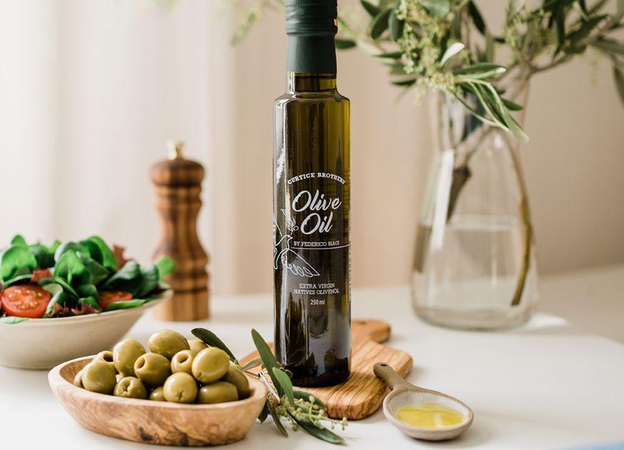 Das Bio-Olivenöl Extra Virgin der Curtice Brothers überzeugt durch seine goldene Farbe und das fruchtige Aroma