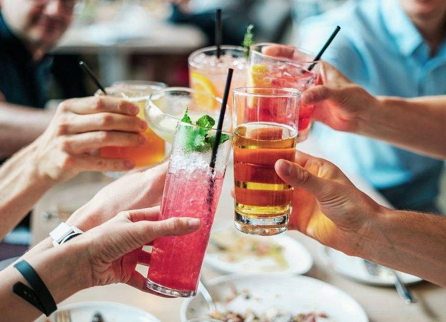 Cocktails anstoßen Gläser bunt