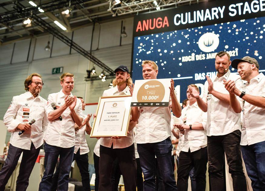 Fabio Toffolon (Mitte rechts) ist Koch des Jahres 2021 und wurde im Finale tatkräftig von seinem Assistenten Fabian Dierauer (Mitte links) unterstützt