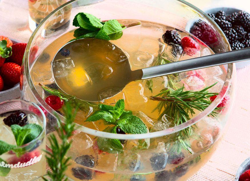 Almdudler Gastronomie Rezept Getränk Alm-Bowle frische Beeren Gin