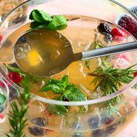 Almdudler Gastronomie Rezept Getränk frische Beeren Gin Alm-Bowle
