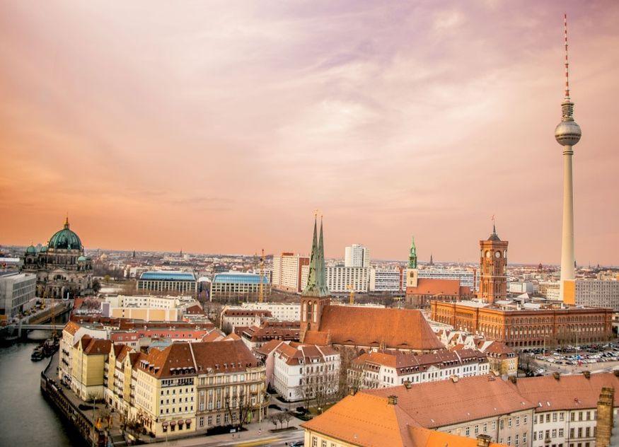 Berlin abends Fernsehturm Spree