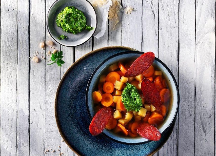 Möhren-Ingwer-Eintopf mit grünem Pesto und gerösteter Chorizo