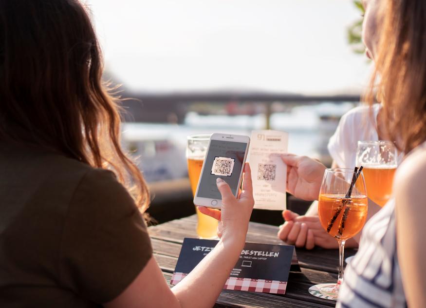 Mit dem Self-Ordering-System von gastronovi kann man ganz bequem von seinem Tisch aus Bestellungen aufgeben, ohne dass man auf eine Servicekraft warten muss