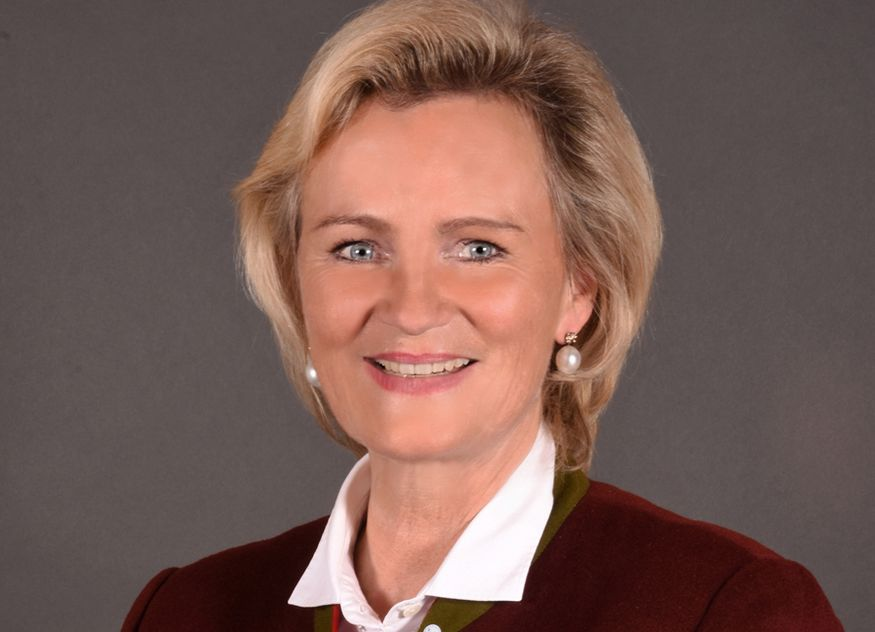 """""""Wir befinden uns in einer Phase der Pandemie, in der allen gastgewerblichen Betrieben das Grundrecht am eingerichteten und ausgeübten Gewerbebetrieb ohne Einschränkung wieder zurückgegeben werden muss"""", sagt DEHOGA Bayern Präsidentin Angela Inselkammer"""