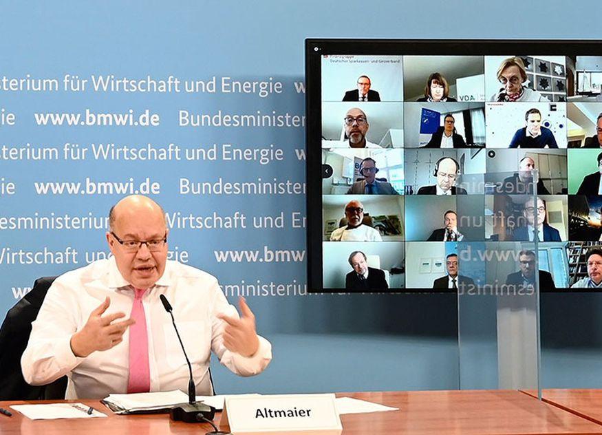 Bundeswirtschaftsminister Peter Altmaier beim Wirtschaftsgipfel mit Vertreterinnen und Vertretern von über 40 Verbänden / Foto: BMWi/Andreas Mertens