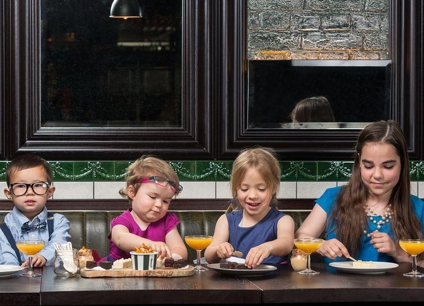 Kinder im Restaurant Saft Tisch