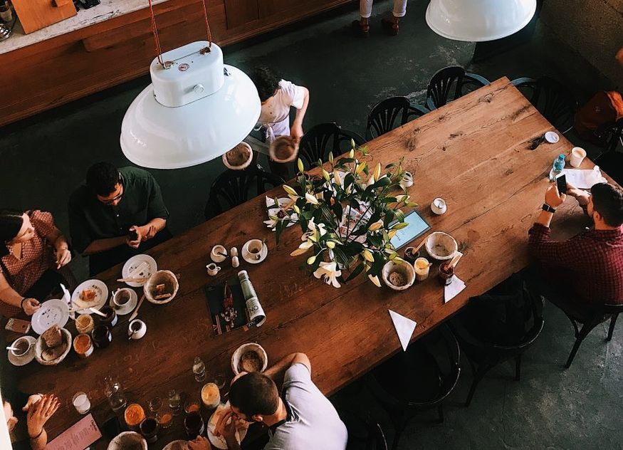Café Restaurant Gäste langer Tisch