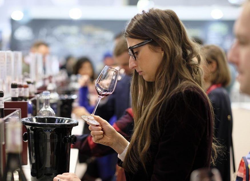 Wein Verkostung Frau riechen Glas
