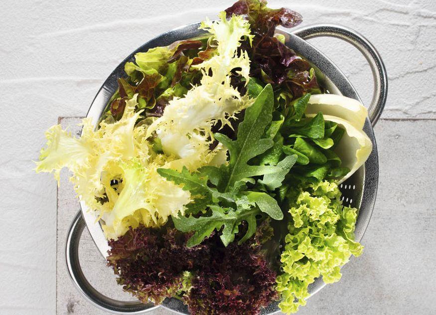 Mit den neuen Wiberg Produkten Weißwein-Essig und Raps-Öl kann beispielsweise der klassische Salat verfeinert werden