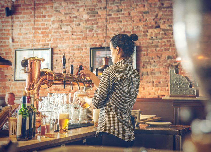 Bier zapfen Kellnerin Bar