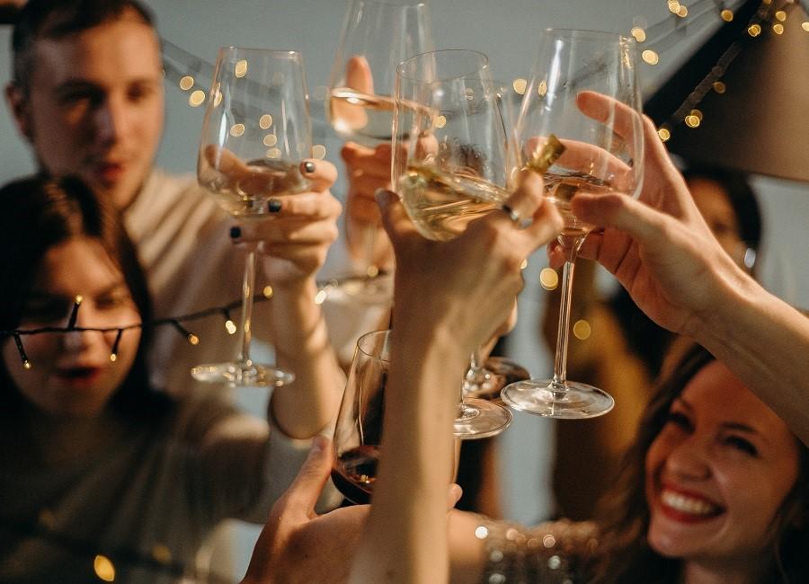 Sekt Gläser anstossen feiern