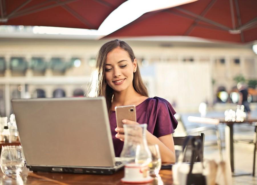 Gast Terrasse Smartphone Laptop