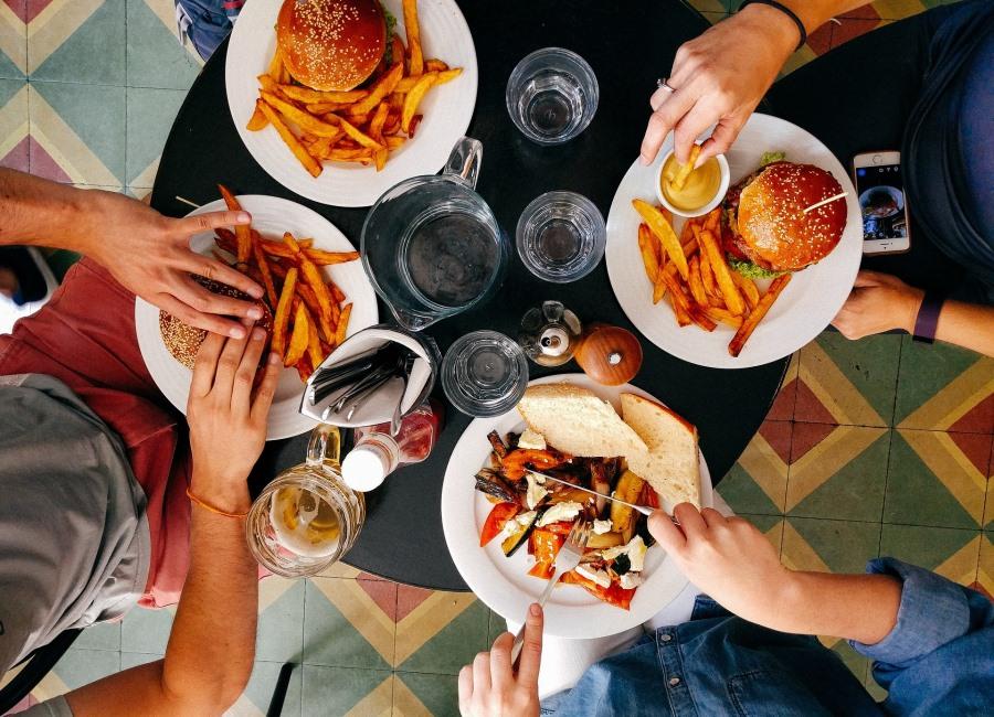 Essen Burger auf dem Tisch