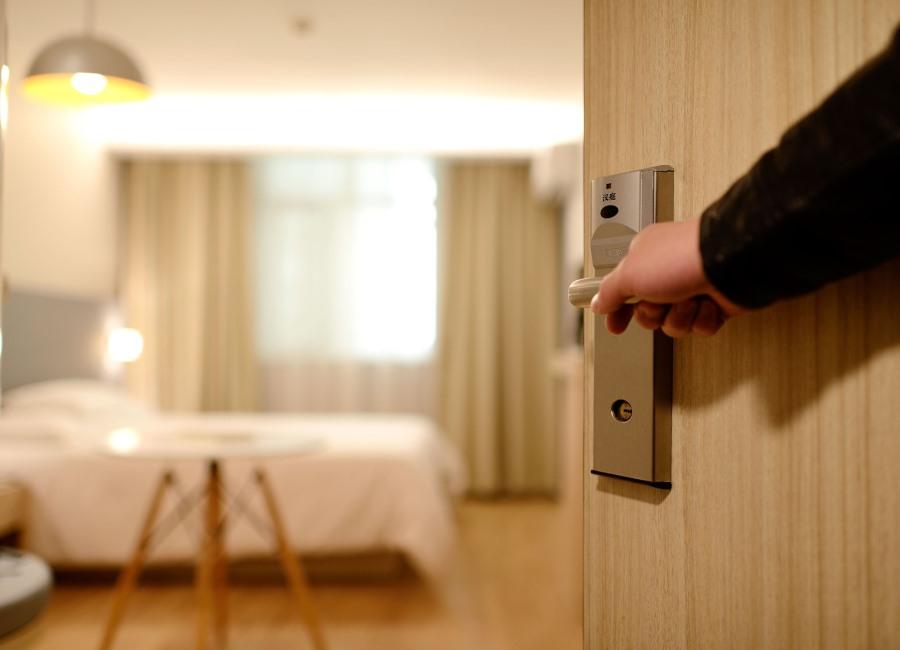Hotelzimmer Tür geöffnet Zimmer Arm