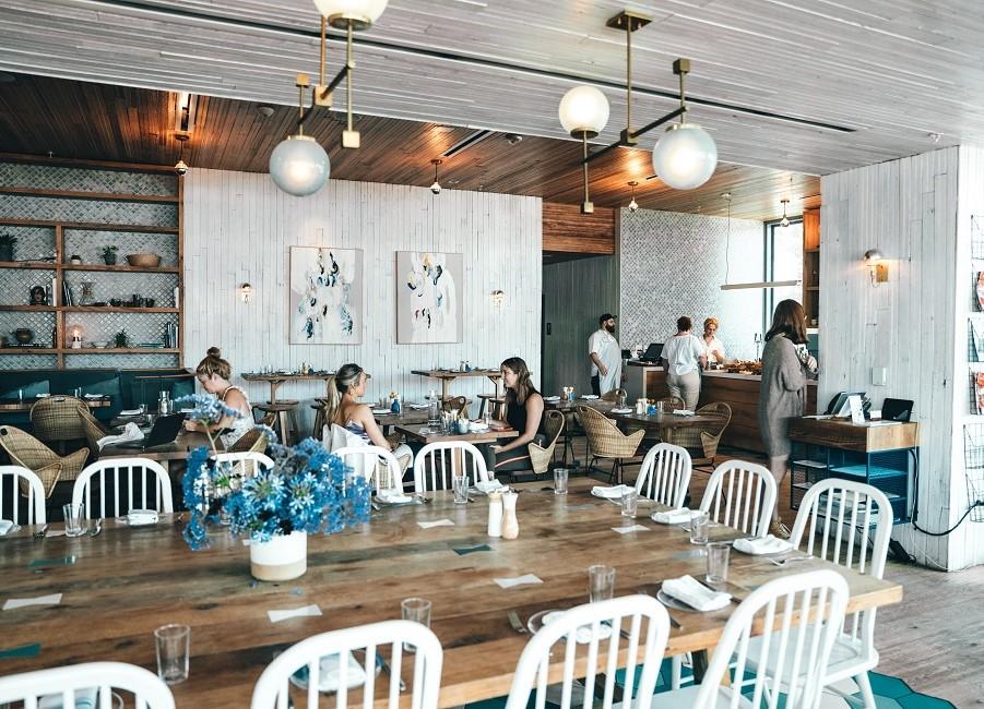 Café Gäste Tische sitzen