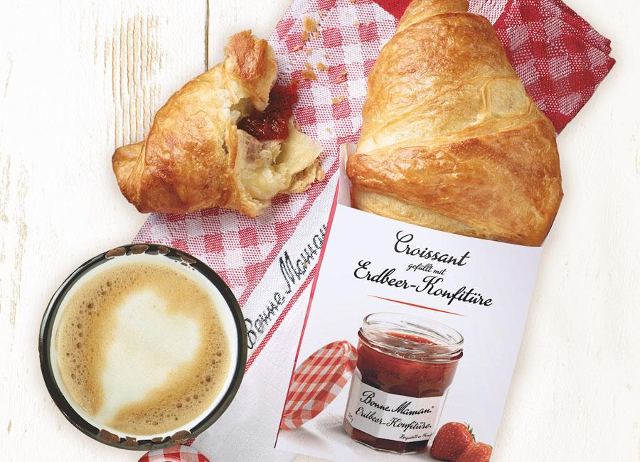 Aryzta Erdbeercroissant Premiumkonfitüre Bonne Maman To-go Papiertüte