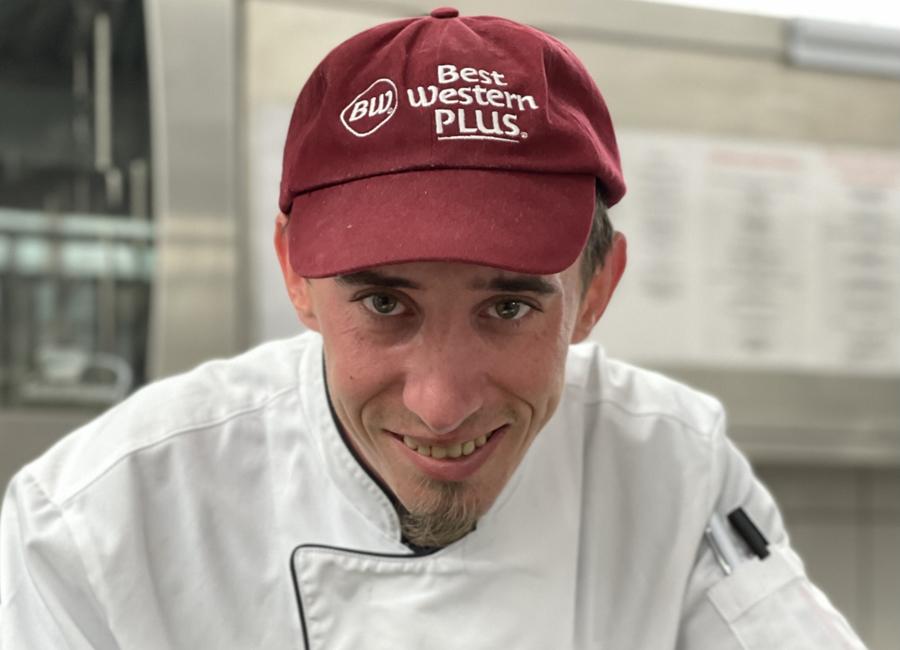 """Küchenchef Fabian Wallner garantiert seinen Gästen im Best Western Plus Kurhotel an der Obermaintherme mit seinem nachhaltigen Küchenkonzept """"B(o)orn for Nature"""" Genuss mit Zutaten, bei denen mindestens drei von fünf """"grünen"""" Kriterien erfüllt sind"""