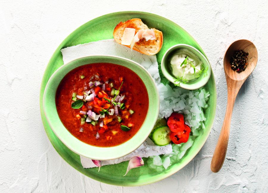 Die Vital-Gemüse-Bouillon von Wiberg, die Aceto Plus Paprika Gewürzmischung und das Native Öliven-Öl Extra Andalusien sorgen für den optimalen Geschmack des spanischen Gazpacho andaluz