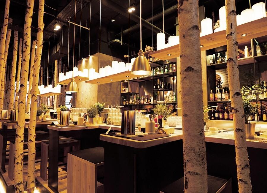 Hans im Glück Restaurant Tische Birken Lampen
