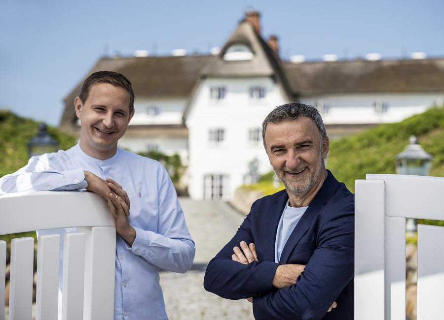 Johannes King (rechts im Bild) übergibt die Verantwortung des Söl'ring Hof auf Sylt an Küchenchef Jan-Philipp Berner (links im Bild) / Foto: Söl'ring Hof