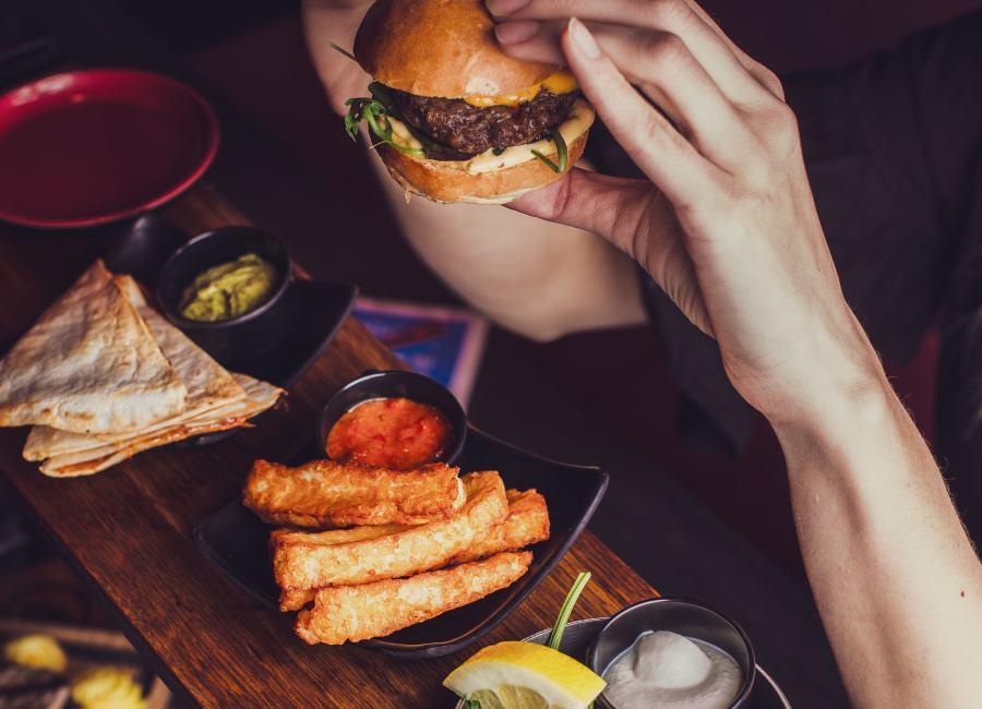 Burger Hand essen Pincho Nation Berlin Speisen