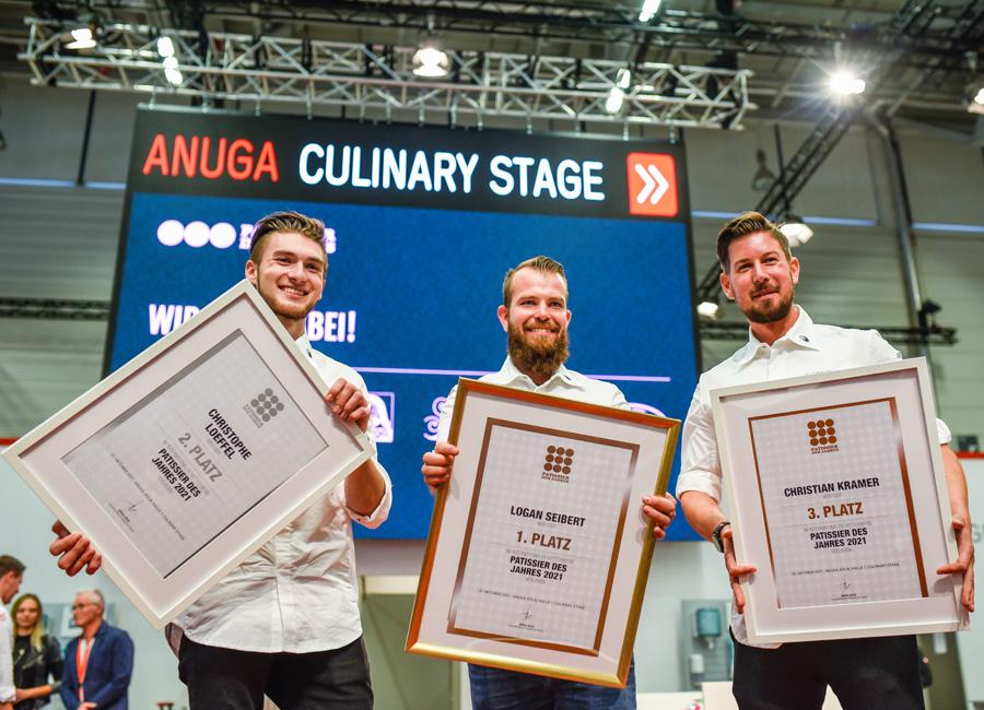 Logan Seibert (Mitte) gewann den Titel Patissier des Jahres auf dem Finale auf der Anuga in Köln, Christophe Loeffel (links) wurde belegte den zweiten Platz und Christian Kramer (rechts) den dritten Platz