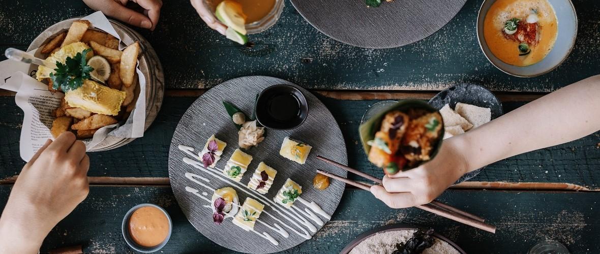 Tisch Teller Hände Fisch
